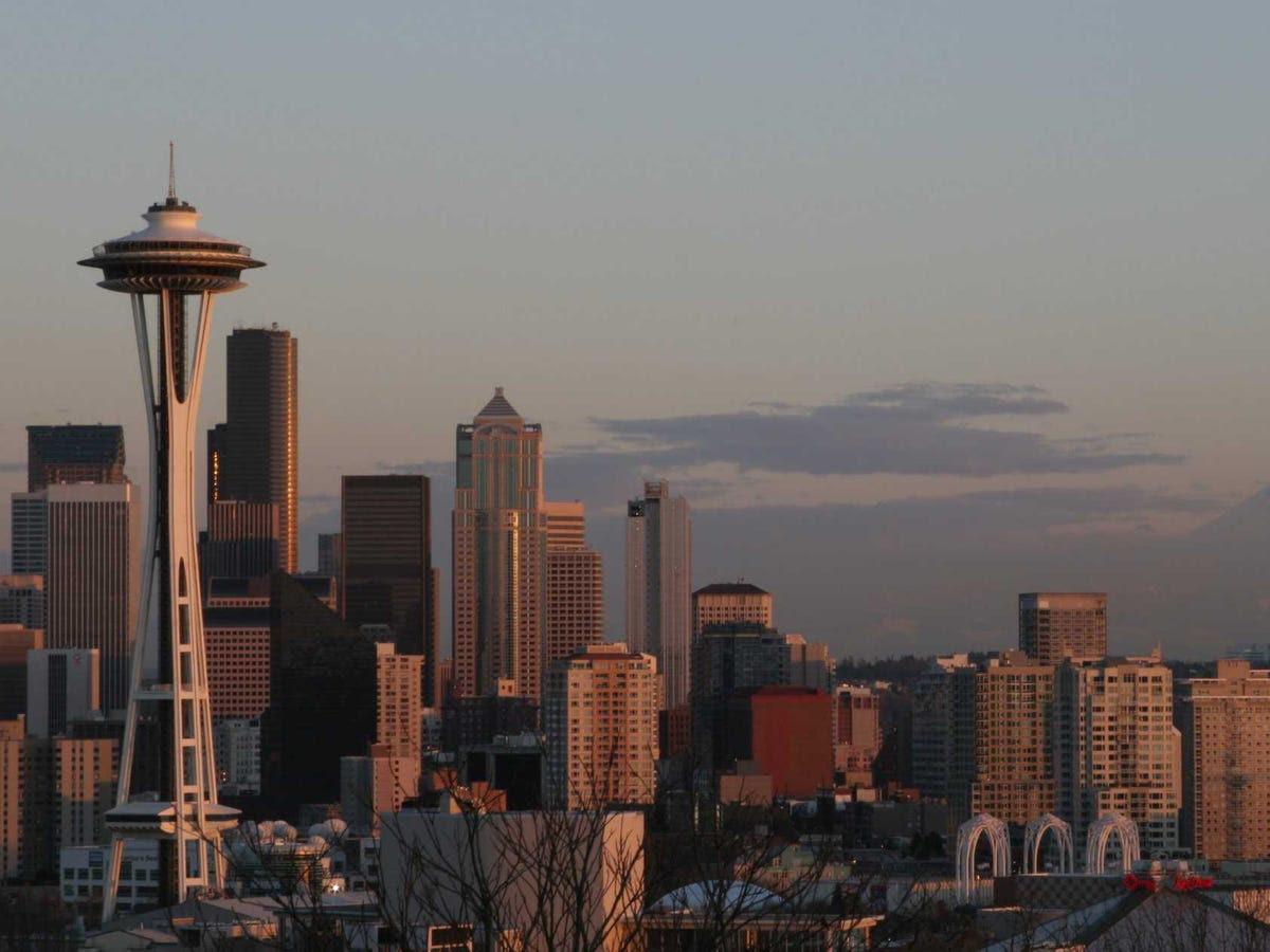 Năm 1979, Gates và Allen chuyển Microsoft quê của Seattle, đầu tiên thiết lập cửa hàng ở ngoại ô Bellevue và sau đó chuyển tới Redmond.