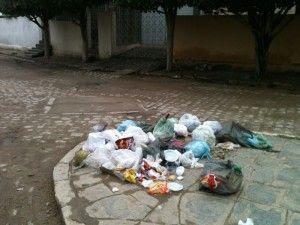 O lixo fica acumulado, os animais se aproveitam e acaba ficando tudo espalhado