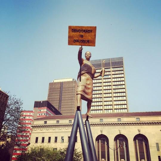 <p>Homenaje a las mujeres que lucharon contra el Apartheid, estatua del escultor Lawrence Lemaoana enJohannesburgo.</p>
