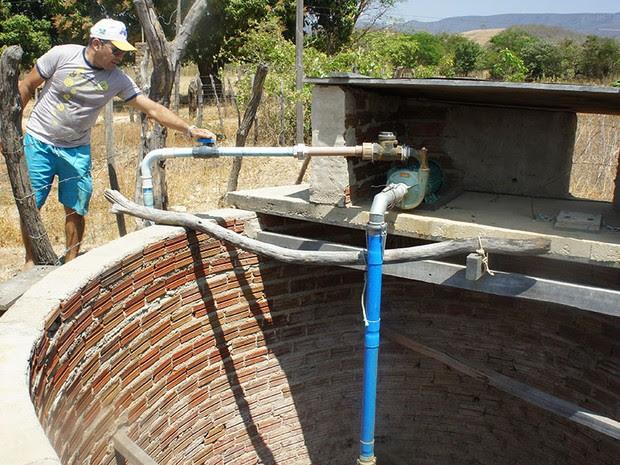 José Edigle Ferreira de Carvalho gerencia um dos sistemas independentes de abastecimento d'água em Riacho de Santana (Foto: Anderson Barbosa/G1)