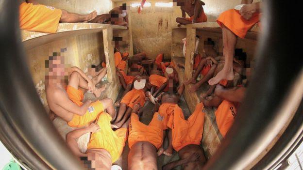 Presos se amontoam em cela na penitenciária de Pedrinhas