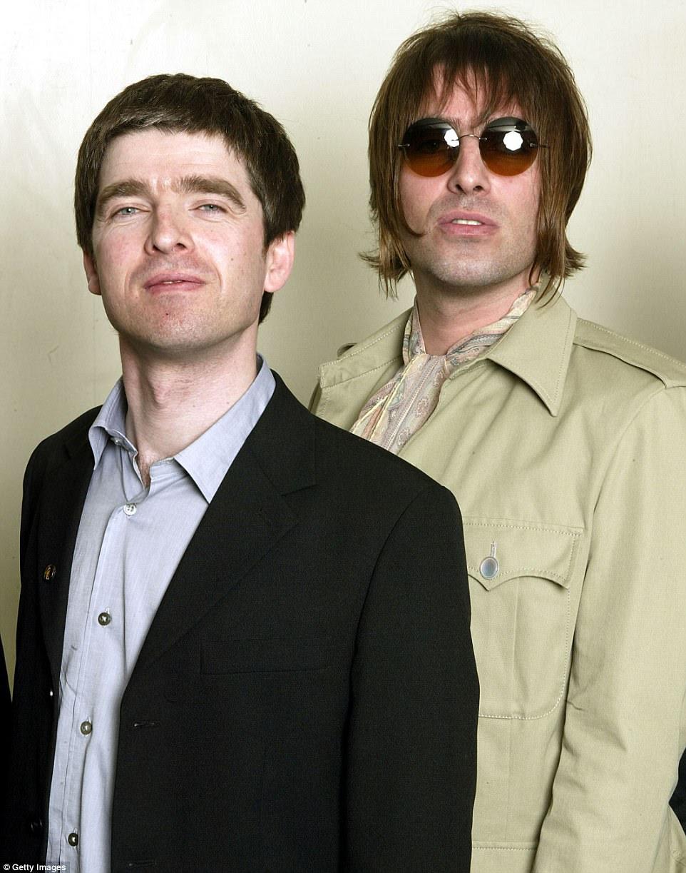 Decepcionado: Liam foi para o palco sem o irmão Noel na noite de domingo, com quem ele tem amaldiçoado e amargamente com os anos (retratado em 2003)