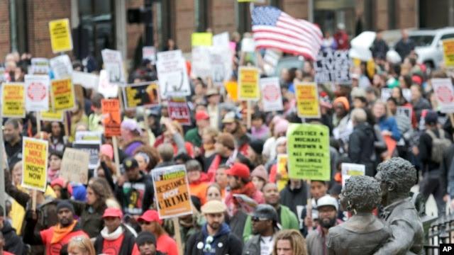 Manifestantes llegan al edificio de los juzgados federales en San Luis, Missouri.