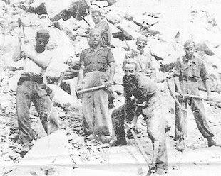 In grup de treballadors durant la construcció del mausoleu