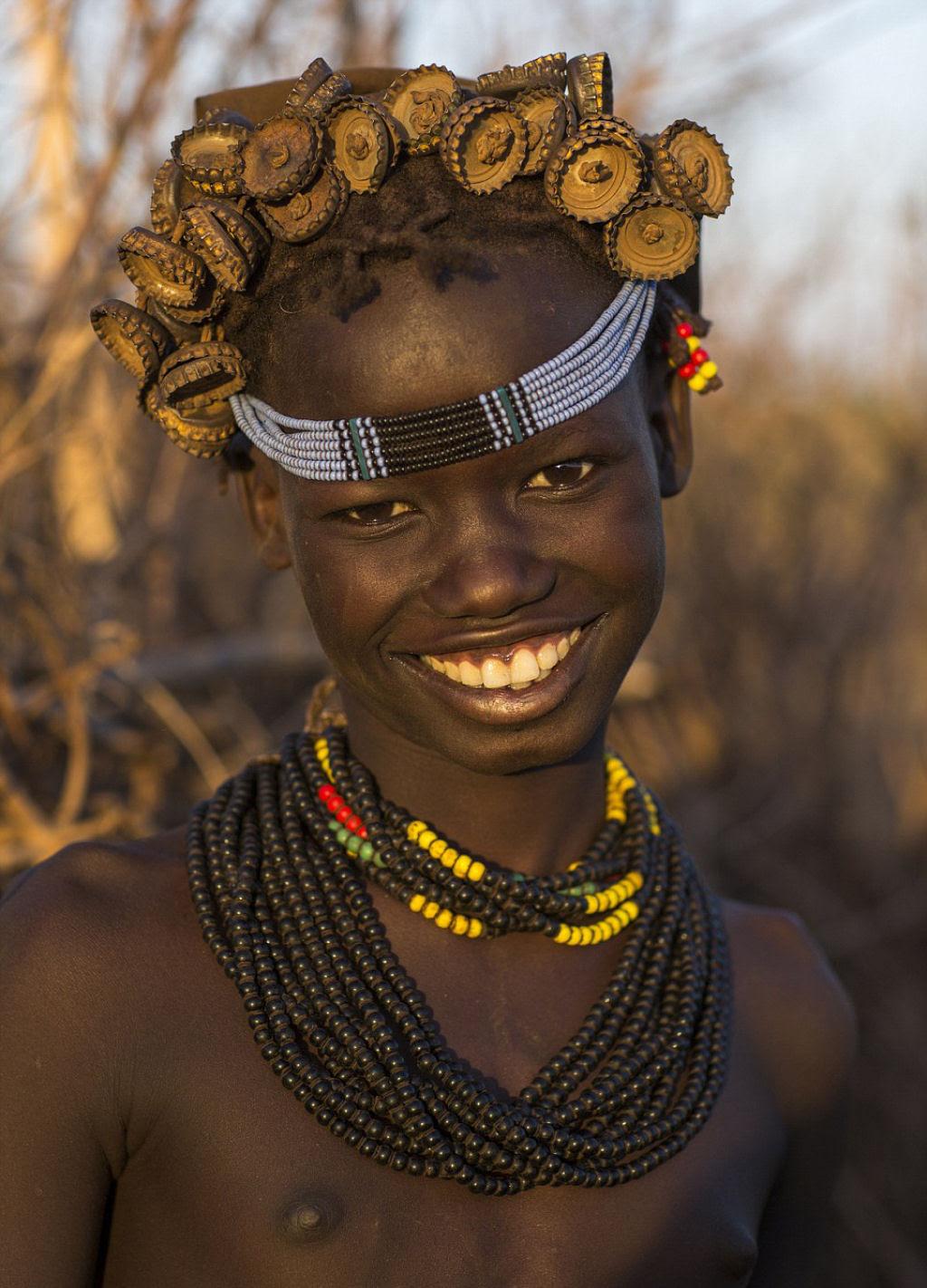 Tribo etíope recicla descartes do mundo moderno em acessórios de moda 03