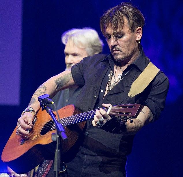 Balanço para fora: O ator tocou guitarra no evento honrando ator Harry Dean Stanton
