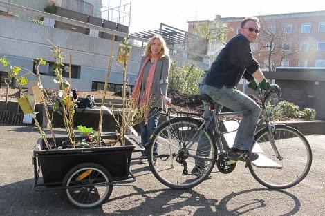 Sarah Nicholl y Alexis Rowell (en bicicleta) cofundadores de Transition Belsize.| C.F.