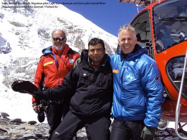 Sabin Basnyat tra due altri soccorritori al campo base del Dhaulagiri