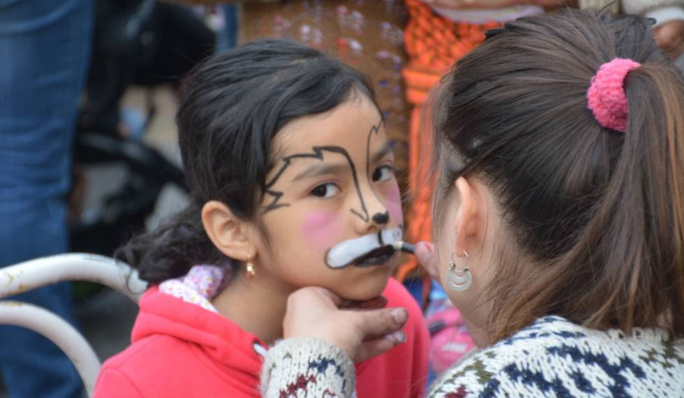 Una niña en el taller de pintacaras de La Legua (Santiago de Chile).