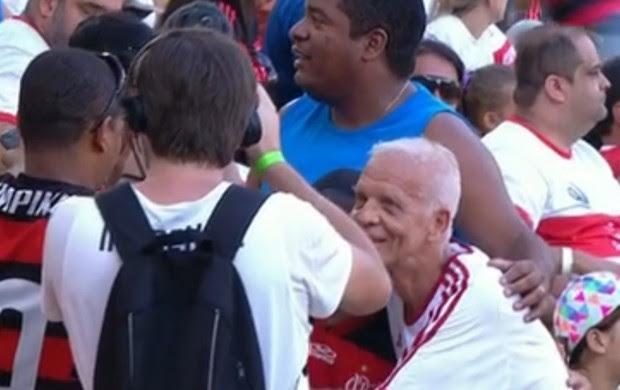 Ademir da Guia recebe carinho dos torcedores (Foto: Reprodução/SporTV)