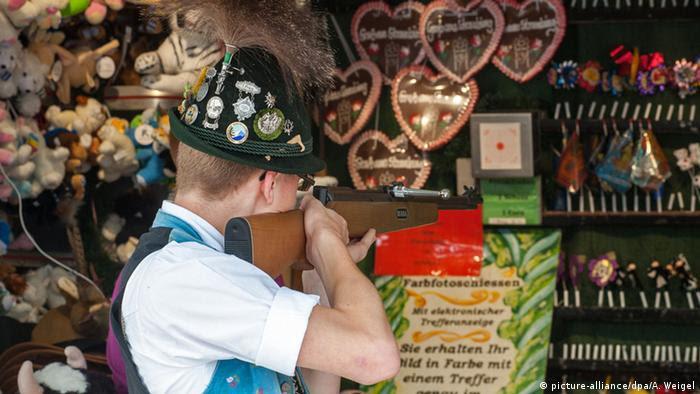 Schießbude bei einem Schützenfest (picture-alliance/dpa/A. Weigel)