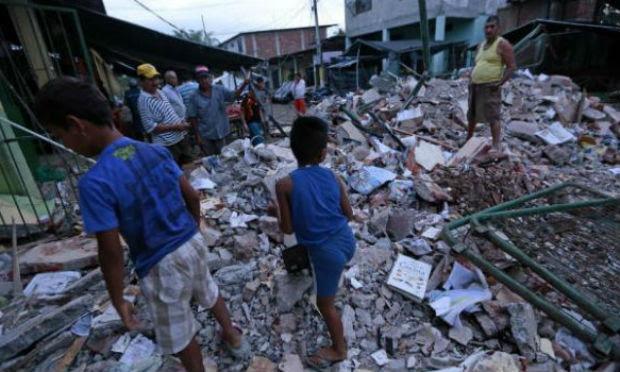 Os terremotos de 6,2 e 5,9 graus de magnitude ocorreram logo depois das 21h00 / Foto: JUAN CEVALLOS/AFP