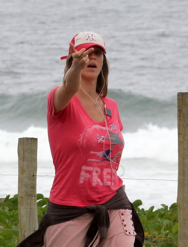 Luana Piovani faz gesto feio para fotógrafo (Foto: Wallace Barbosa/Ag News)