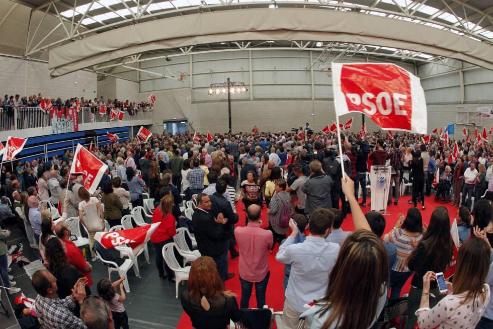 Militantes del PSOE asisten a un mitin de uno de los candidatos en primarias a la secretaría general.