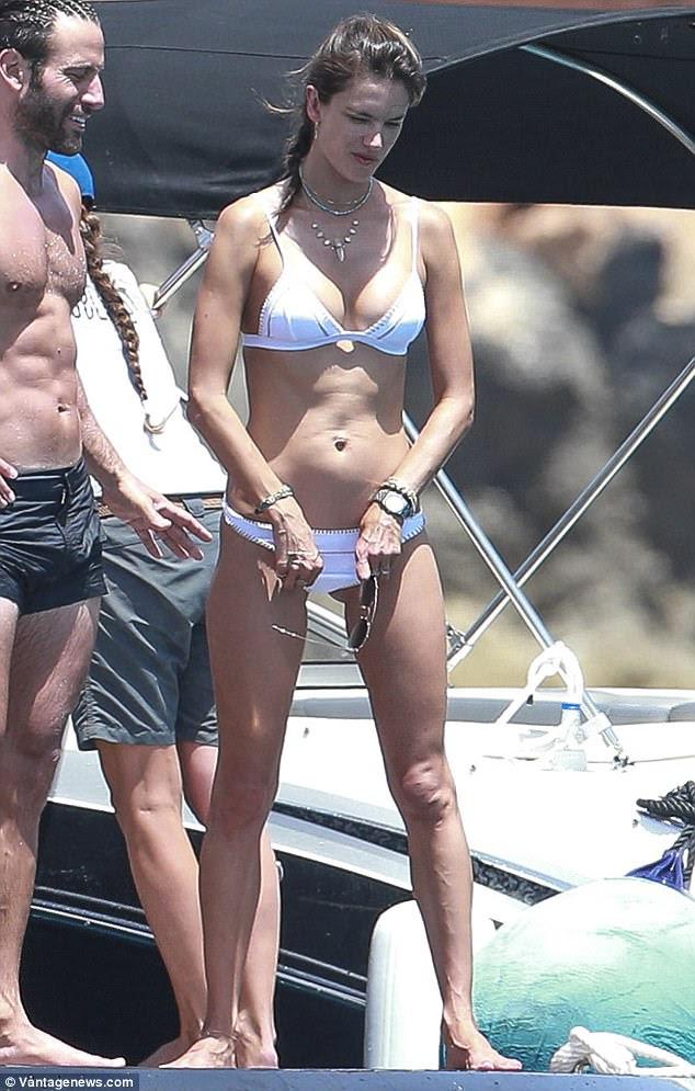 Babe da praia: Alessandra Ambrosio estava mais que confiante para exibir o corpo que encontrou seu sucesso na terça-feira, enquanto passava o dia relaxando em um iate em Ibiza