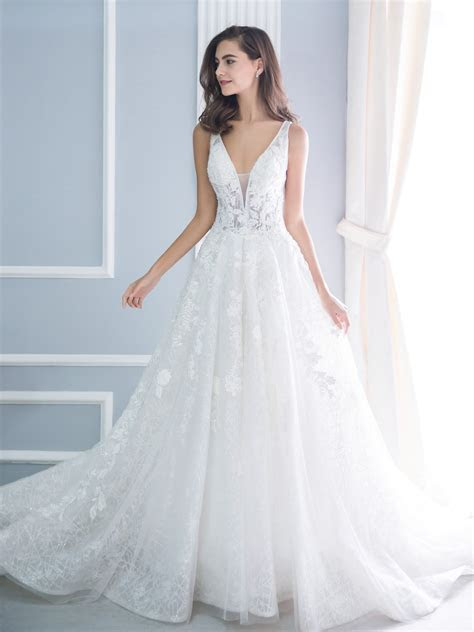 How To Find The Perfect Wedding Gown (10 Details To Look