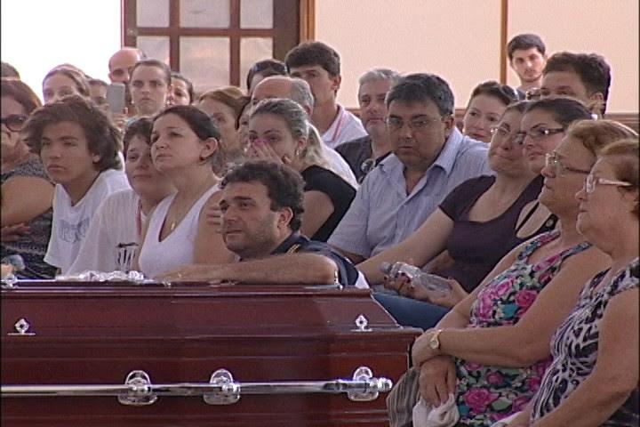Noiva de Arthur, familiares e amigos se despediram do piloto (Foto: Fabiano Cruz/RBS TV)