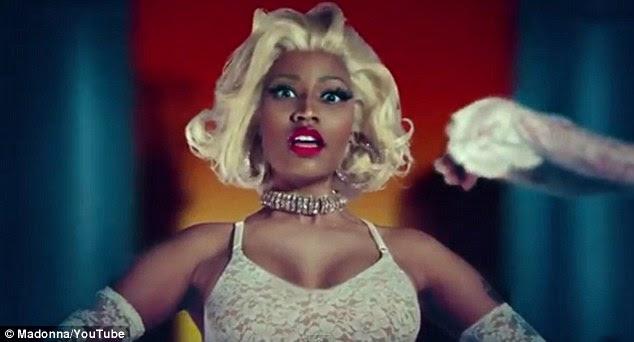 Adorável em rendas: Minaj parece golpear a peruca loira e batom brilhante