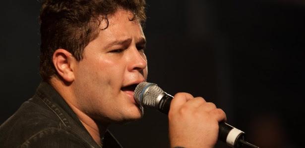 O cantor Pedro Leonardo canta durante show