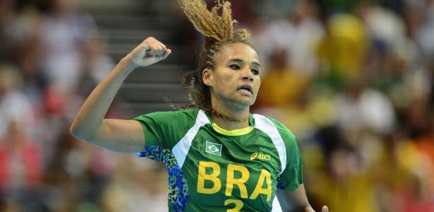 Alexandra comemora gol do Brasil sobre o Reino Unido em confronto nesta quarta-feira
