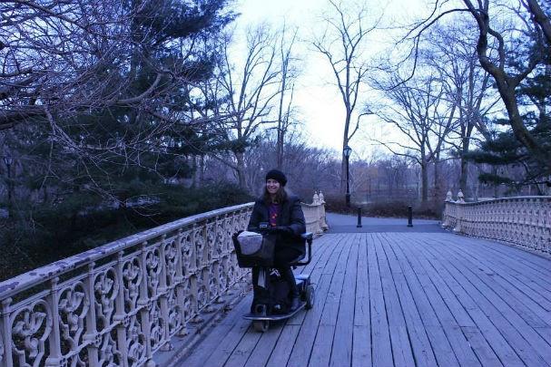 """Mila com sua scooter """"Julinha"""", em Nova York (Foto: Arquivo pessoal)"""
