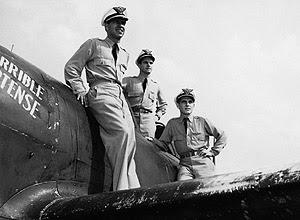 Fernando posa para foto com outros dois colegas diante de um P-47 em Louisiana, nos Estados Unidos