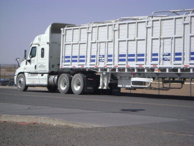 Trailer with closed sides at border