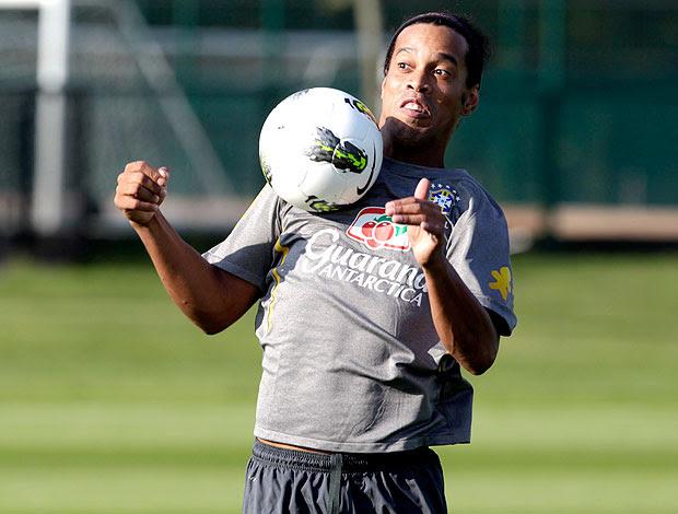 Ronaldinho Gaúcho no treino da Seleção em Londres (Foto: Mowa Press)