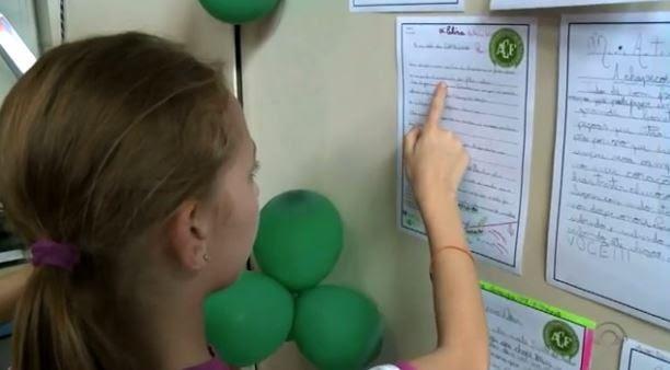 Para lidar com luto, alunos escreveram mensagens e colocaram em painel. (Foto: Reprodução/RBS TV)