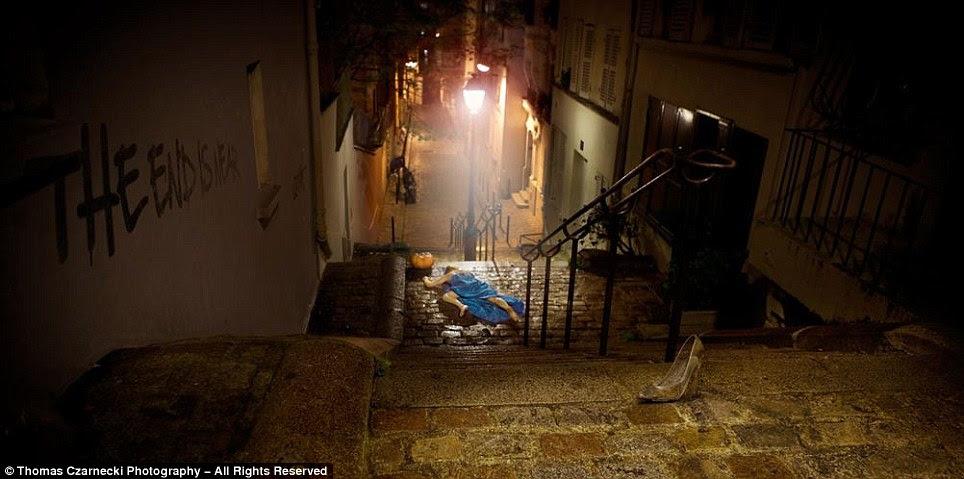 """É meia-noite: sapatinho da Cinderela vidro está no topo das escadas em """"Cinderella - Too Fast"""""""