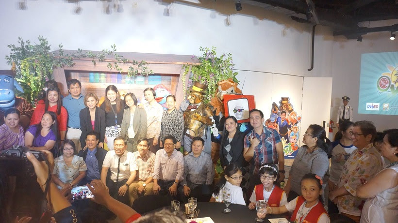 photo-opp-with-oyayi-cast-and-representatives-from-deped