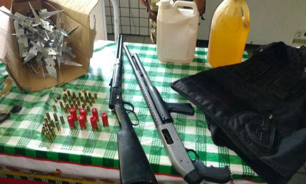 Foram apreendidas duas espingardas, munições, um colete à prova de balas, grampos e galões de gasolina / Foto: divulgação/Polícia Militar