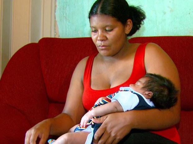 Bebê não movimenta braço esquerdo desde o parto realizado na Santa Casa de Leme (Foto: Wilson Aiello/EPTV)