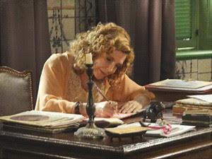 Diva escreve carta (Foto: Lado a Lado/TV Globo)