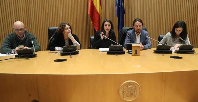 Los diputados del Grupo Parlamentario Unidos Podemos-En Comú Podem-En Marea, Chema Guijarro (i), Gloria Elizo (2i), Irene Montero (c), Pablo Iglesias (2d) y Ione Belarra (d) en el Congreso. /EFE