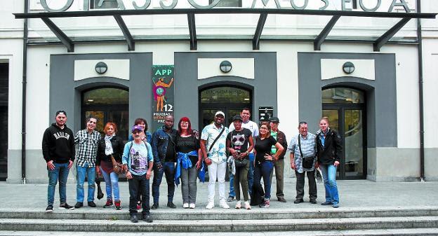 Un grupo de personas inmigrantes, acompañadas por mediadores, visitan el Museo Oiasso en el marco del programa de intermediación./