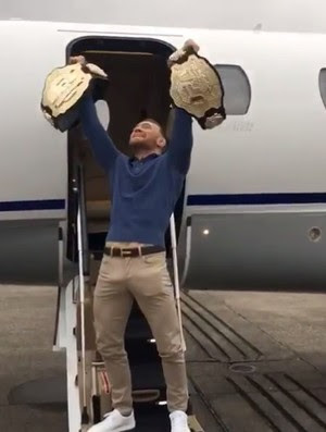 Conor McGregor dois cinturões UFC
