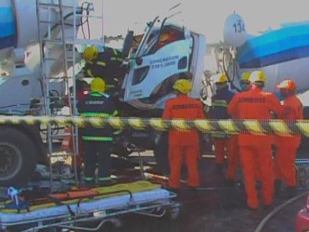 Duas betoneiras bateram após um dos caminhões parar em semáforo no Guará I, no Distrito Federal (Foto: Reprodução/TV Globo)