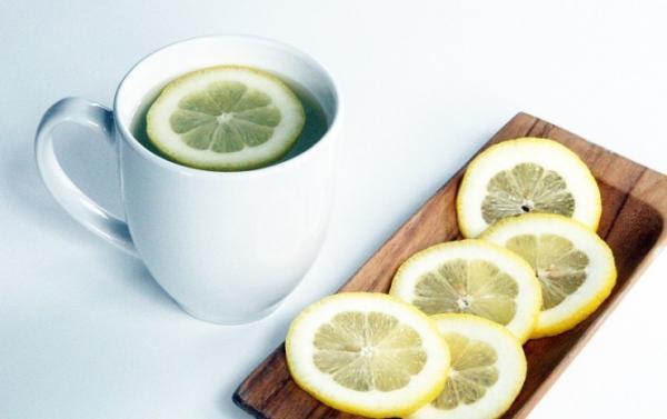 Γιατί χαρακτηρίζουν θαυματουργό το «νερό με λεμόνι» – 6 ιδιότητες που εκπλήσσουν