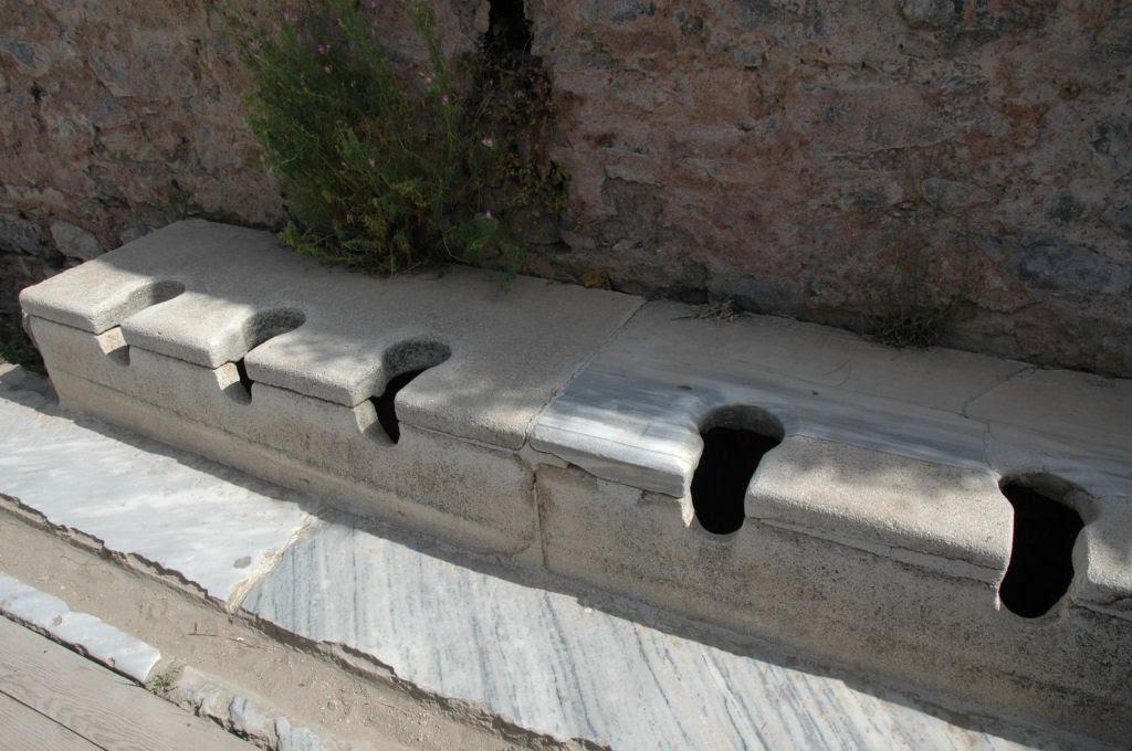 Os perigos de utilizar os banheiros públicos na antiga Roma