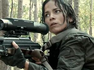 Alice Braga em cena de 'Predadores': ela vive atiradora de  elite da CIA na ação.