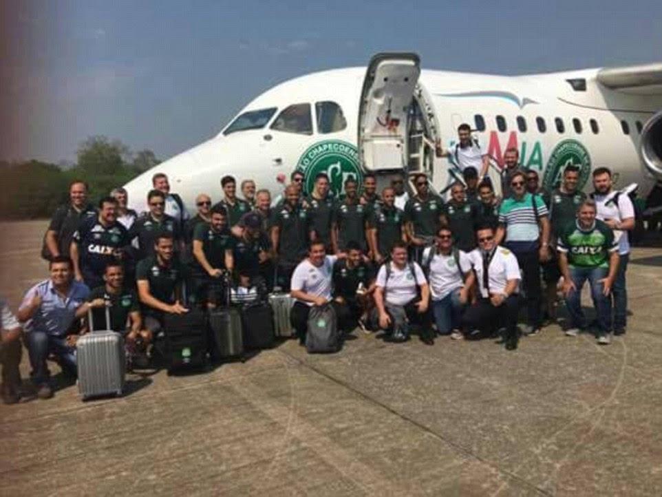 United pela última vez, esta é a seleção brasileira de futebol posando juntos na frente de um jato de passageiros antes de seu vôo condenado caiu na Colômbia, matando 76 a bordo