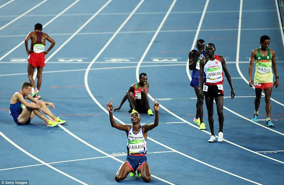 Mo Farah afunda-se de joelhos e aponta para o céu, depois de vencer os 10.000m, a primeira de duas medalhas de ouro no Rio 2016