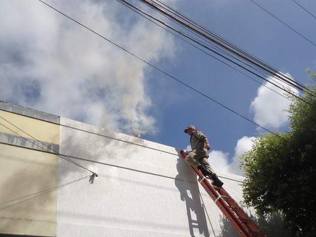 Incêndio atingiu uma loja em São Fidélis. (Foto: Vinnícius Cremonez / São Fidélis Notícias)