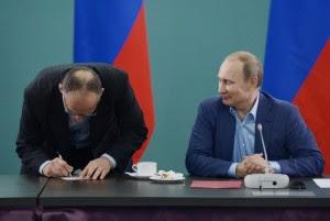 Ezio Gamba riceve il Passaporto russo da Putin (ANSA)