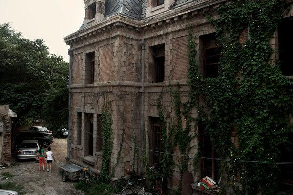 朝内大街81号是北京市中心的一处三层法国巴洛克式房屋。有人说这栋房屋闹鬼。