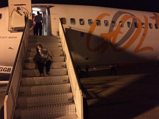Katya Hemelrijk da Silva se arrasta para embarcar no avião da GOL (Foto: Reprodução Facebook)