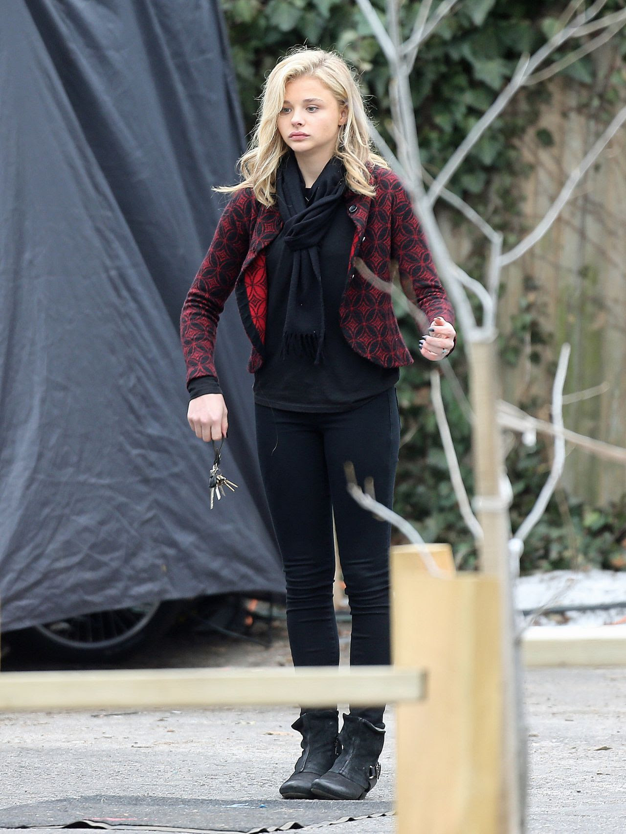 http://celebmafia.com/wp-content/uploads/2015/04/chloe-moretz-set-of-november-criminals-in-providence-rhode-island-april-2015_5.jpg