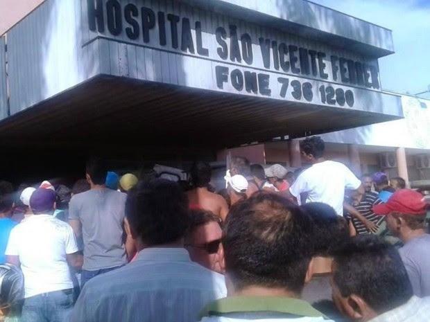 Multidão ocupou frente do hospital de Lavras da Mangabeira, onde Dena foi atendida inicialmente; ela foi transferida para Fortaleza (Foto: Lindomar Rodrigues/Arquivo pessoal)