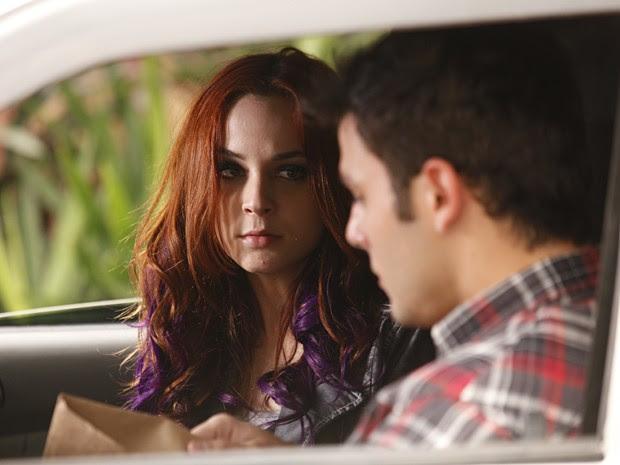 Bernardo diz para Débora que está armado e ela fica assustada (Foto: Malhação / TV Globo)